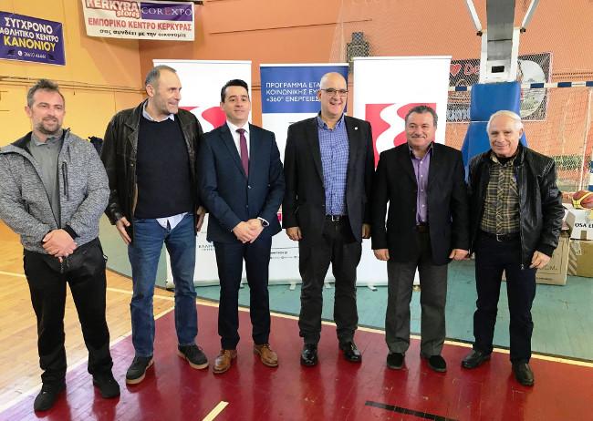 Από αριστερά, ο Αντιπρόεδρος της Διοίκησης του ΕΑΚΚ κ. Κώστας Τόμπρος, ο Υπεύθυνος Αθλητικών Δραστηριοτήτων Ομίλου ΕΛΠΕ κ. Γιώργος Καλαφατάκης, ο Διευθυντής Marketing Εμπορίας κ. Σωτήρης Αναστασιάδης, ο Διευθυντής Εταιρικών Σχέσεων ΕΛΠΕ κ. Γιάννης Κορωναίος, ο Περιφερειάρχης Ιονίων Νήσων κ. Θεόδωρος Γαλιατσάτος και δεξιά ο Πρόεδρος της Επιτροπής Διοίκησης του ΕΑΚΚ κ. Γιάννης Μακαντάνης