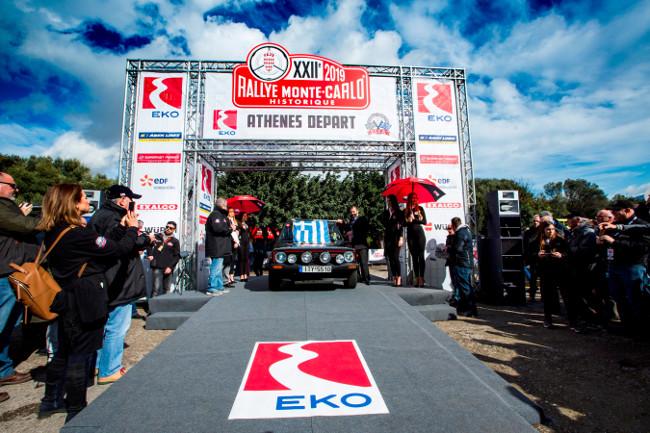 1.Ο Διευθύνων Σύμβουλος της ΕΚΟ και Γενικός Διευθυντής Εμπορίας του Ομίλου ΕΛΠΕ κ. Ρομπέρτο Καραχάννας, κρατώντας την Ελληνική σημαία, δίνει το σήμα της εκκίνησης στο «22ο Ιστορικό Ράλλυ Monte-Carlo».