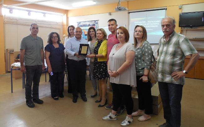 Η Σχολική Επιτροπή Δευτεροβάθμιας Εκπαίδευσης του Δήμου Μάδρας – Ειδυλλίας και ο Πρόεδρός της κ. Αναστάσιος Δούκας παραδίδουν τιμητική πλακέτα, σε αναγνώριση της προσφοράς του Ομίλου ΕΛΛΗΝΙΚΑ ΠΕΤΡΕΛΑΙΑ, στην Δ/ντρια ΕΚΕ κα Ράνια Σουλάκη.